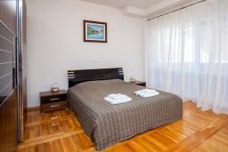 Спальня 2. Черногория, Добра Вода : 3-х этажный дом в Добра Вода, площадью 420м2 с 5-ю спальнями, с большой гостиной, с 6-ю ванными комнатами, с большим бассейном, с террас открывается шикарный вид на море, с местом для барбекю, с сауной