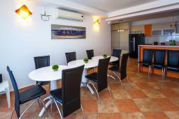 Обеденная зона. Черногория, Добра Вода : 3-х этажный дом в Добра Вода, площадью 420м2 с 5-ю спальнями, с большой гостиной, с 6-ю ванными комнатами, с большим бассейном, с террас открывается шикарный вид на море, с местом для барбекю, с сауной