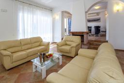 Гостиная. Черногория, Добра Вода : 3-х этажный дом в Добра Вода, площадью 420м2 с 5-ю спальнями, с большой гостиной, с 6-ю ванными комнатами, с большим бассейном, с террас открывается шикарный вид на море, с местом для барбекю, с сауной