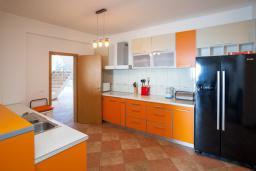 Кухня. Черногория, Добра Вода : 3-х этажный дом в Добра Вода, площадью 420м2 с 5-ю спальнями, с 6-ю ванными комнатами, с большим бассейном, с террас открывается шикарный вид на море, с местом для барбекю, с большой гостиной