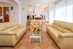 Гостиная. Черногория, Добра Вода : 3-х этажный дом в Добра Вода, площадью 420м2 с 5-ю спальнями, с 6-ю ванными комнатами, с большим бассейном, с террас открывается шикарный вид на море, с местом для барбекю, с большой гостиной