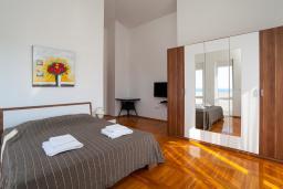Спальня. Черногория, Добра Вода : 3-х этажный дом в Добра Вода, площадью 420м2 с 5-ю спальнями, с 6-ю ванными комнатами, с большим бассейном, с террас открывается шикарный вид на море, с местом для барбекю, с большой гостиной