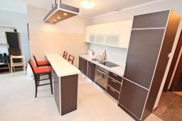 Кухня. Черногория, Доброта : Современный апартамент с отдельной спальней, с террасой с видом на море