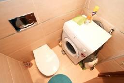 Ванная комната. Черногория, Доброта : Современный апартамент с отдельной спальней, с террасой с видом на море