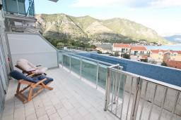 Терраса. Черногория, Доброта : Современный апартамент с отдельной спальней, с террасой с видом на море