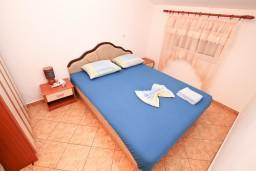 Спальня. Черногория, Доброта : Апартаменты с отдельной спальней, с террасой с шикарным видом на море, 30 метров от пляжа