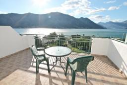 Вид на море. Черногория, Доброта : Апартаменты с отдельной спальней, с террасой с шикарным видом на море, 30 метров от пляжа
