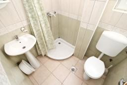 Ванная комната. Черногория, Кумбор : Апартамент с отдельной спальней возле пляжа
