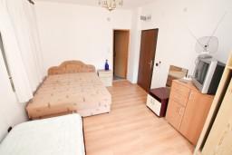 Спальня. Черногория, Кумбор : Апартамент с 4-мя отдельными спальнями, с 2-мя ванными комнатами, с террасой с видом на море, возле пляжа