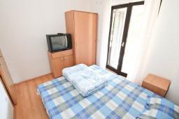 Спальня 3. Черногория, Кумбор : Апартамент с 4-мя отдельными спальнями, с 2-мя ванными комнатами, с террасой с видом на море, возле пляжа