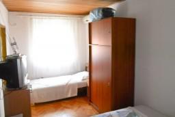 Спальня 4. Черногория, Кумбор : Апартамент с 4-мя отдельными спальнями, с 2-мя ванными комнатами, с террасой с видом на море, возле пляжа
