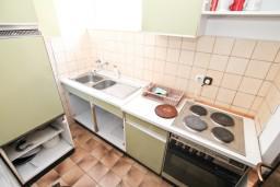 Кухня. Черногория, Кумбор : Апартамент с 4-мя отдельными спальнями, с 2-мя ванными комнатами, с террасой с видом на море, возле пляжа