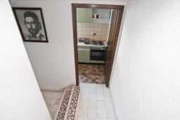 Коридор. Черногория, Кумбор : Апартамент с 4-мя отдельными спальнями, с 2-мя ванными комнатами, с террасой с видом на море, возле пляжа