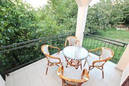 Терраса. Черногория, Столив : Апартамент для 4-5 человек, с 2-мя отдельными спальнями, с террасой