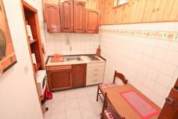 Кухня. Черногория, Герцег-Нови : Студия с террасой укрытой зеленью, Савина, 1-я линия от моря и пляжа Сплендидо