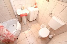 Ванная комната. Черногория, Герцег-Нови : Студия с террасой укрытой зеленью, Савина, 1-я линия от моря и пляжа Сплендидо