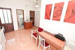 Гостиная. Черногория, Герцег-Нови : Апартамент с 3-мя спальнями и балконом с прямым видом на море, Савина, 1-я линия от моря и пляжа Сплендидо