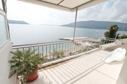 Терраса. Черногория, Герцег-Нови : Апартамент с 3-мя спальнями и балконом с прямым видом на море, Савина, 1-я линия от моря и пляжа Сплендидо