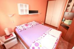 Спальня. Черногория, Муо : Апартамент с отдельной спальней, с большой террасой с видом на море, возле пляжа