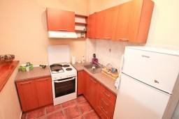 Кухня. Черногория, Люта : 2-х этажный апартамент для 4-6 человек, с 2-мя отдельными спальнями, с 2-мя ванными комнатами, с террасой, 10 метров до моря