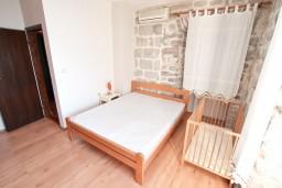 Спальня. Черногория, Люта : 2-х этажный апартамент для 4-6 человек, с 2-мя отдельными спальнями, с 2-мя ванными комнатами, с террасой, 10 метров до моря