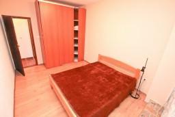 Спальня 2. Черногория, Люта : 2-х этажный апартамент для 4-6 человек, с 2-мя отдельными спальнями, с 2-мя ванными комнатами, с террасой, 10 метров до моря
