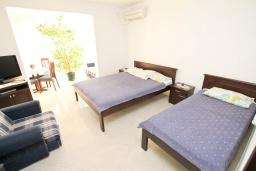 Спальня. Черногория, Игало : Апартамент в Игало в 100 метрах от пляжа