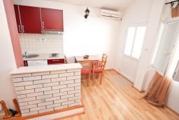 Студия (гостиная+кухня). Черногория, Тиват : Студия для 3 человек, с террасой с видом на море, 10 метров до пляжа