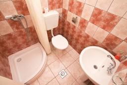 Ванная комната. Черногория, Тиват : Студия для 3 человек, с террасой с видом на море, 10 метров до пляжа