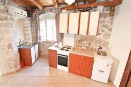 Кухня. Черногория, Пераст : Апартамент с отдельной спальней, с большой террасой, 20 метров до моря