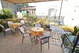 Терраса. Черногория, Пераст : Апартамент с отдельной спальней, с большой террасой, 20 метров до моря