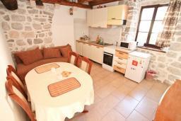 Гостиная. Черногория, Пераст : Апартамент с отдельной спальней, с большой террасой, 20 метров до моря