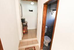 Коридор. Черногория, Пераст : Апартамент с отдельной спальней, с большой террасой, 20 метров до моря