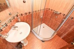 Ванная комната. Черногория, Прчань : Студия для 2 человек, 20 метров до моря