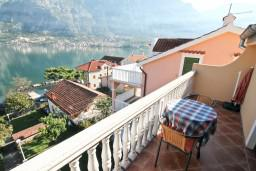 Балкон. Черногория, Прчань : Студия для 3 человек, с балконом с шикарным видом на море, 20 метров до пляжа