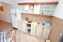 Кухня. Черногория, Бигова : Апартамент с отдельной спальней, с балконом с шикарным видом на море, 20 метров до пляжа