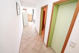Коридор. Черногория, Бигова : Апартамент с отдельной спальней, с балконом с шикарным видом на море, 20 метров до пляжа