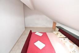 Спальня. Черногория, Бигова : 2-х этажный апартамент с отдельной спальней, с балконом с шикарным видом на море, 20 метров до пляжа