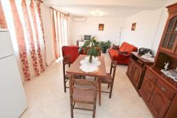 Гостиная. Черногория, Кавач : Апартамент с большой гостиной, с отдельной спальней, с террасой