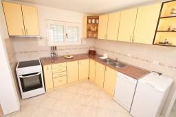 Кухня. Черногория, Кавач : Апартамент с большой гостиной, с отдельной спальней, с террасой