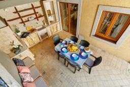 Терраса. Черногория, Бигова : Современный 2-х этажный апартамент для 6 человек, с 2-мя большими гостиными, с 3-мя отдельными спальнями, с 3-мя ванными комнатами, с балконом с шикарным видом на море, с террасой и местом для барбекю, 10 метров до пляжа