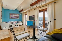 Гостиная. Черногория, Бигова : Современный 2-х этажный апартамент для 6 человек, с 2-мя большими гостиными, с 3-мя отдельными спальнями, с 3-мя ванными комнатами, с балконом с шикарным видом на море, с террасой и местом для барбекю, 10 метров до пляжа