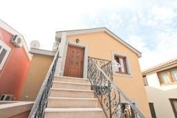 Вход. Черногория, Бигова : Современный апартамент с отдельной спальней, с балконом с шикарным видом на море, 10 метров до пляжа