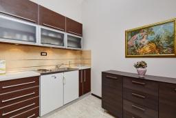 Кухня. Черногория, Бигова : Современный апартамент с отдельной спальней, с балконом с шикарным видом на море, 10 метров до пляжа