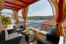 Патио. Черногория, Бигова : Шикарный 3-х этажный дом в Бигова, площадью 250м2, с 3 большими гостиными, с 4 отдельными спальнями, с 4 ванными комнатами, с двумя балконами с шикарным видом на море, с террасой и местом для барбекю, с гаражом, 10 метров до пляжа