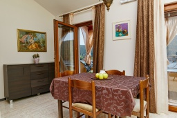 Обеденная зона. Черногория, Бигова : Шикарный 3-х этажный дом в Бигова, площадью 250м2, с 3 большими гостиными, с 4 отдельными спальнями, с 4 ванными комнатами, с двумя балконами с шикарным видом на море, с террасой и местом для барбекю, с гаражом, 10 метров до пляжа