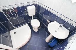 Ванная комната. Черногория, Бигова : Студия для 2 человек, с террасой с видом на море