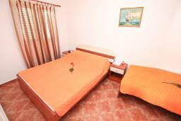 Спальня. Черногория, Бигова : Апартамент с отдельной спальней, с террасой с видом на море