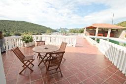 Терраса. Черногория, Бигова : Апартамент с отдельной спальней, с террасой с видом на море