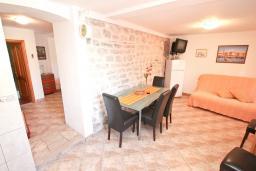 Гостиная. Черногория, Лепетане : Апартамент с отдельной спальней, с террасой с видом на море, возле пляжа